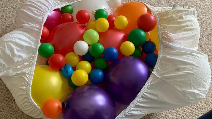 MINIMUKItastischer Kreativblog – Das BettlakenLuftballonBällebad